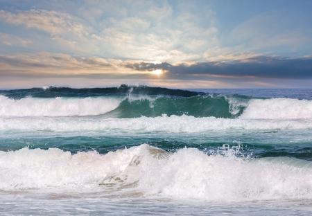 Tempête de mer avec de la mousse et des éclaboussures. Vue depuis la plage.
