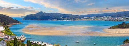 Tramonto sera piccolo porto e villaggio di pescatori, Porto do Barqueiro, Galizia, Spagna. Scatti multipli cuciono panorami ad alta risoluzione. Archivio Fotografico