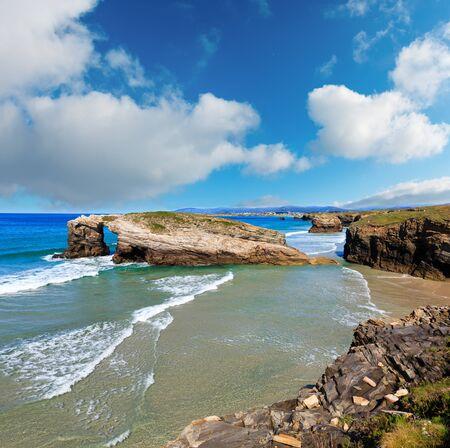 Paisaje de verano de la costa cantábrica, la playa de las Catedrales, Lugo, Galicia, España