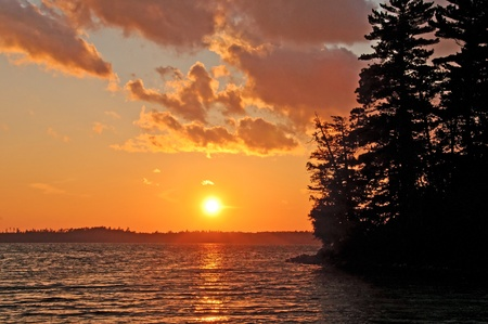 バスウッド湖 Quetico 州立公園でベイリー湾に沈む夕日