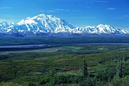 Mont McKinley vu près du lac Wonder, par temps clair Banque d'images - 12579082