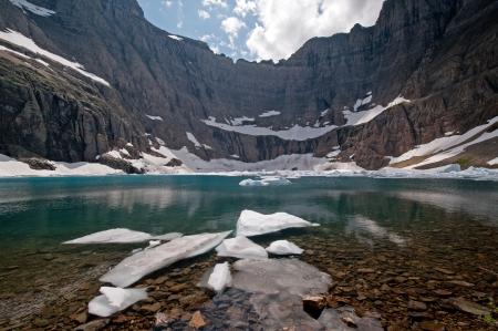 빙하 국립 공원의 빙산 호수에서 얼음과 물