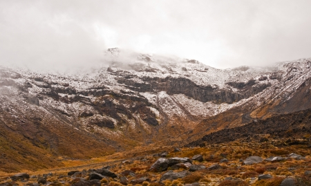 tongariro: Mt Tongariro en una nieve primavera en Nueva Zelanda