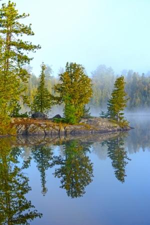 ミネソタの境界海域で Ottertrack 湖の早朝
