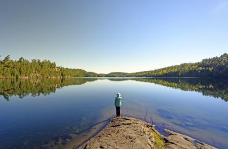 Femme sur Ottertrack lac dans les eaux limitrophes Banque d'images - 23849266