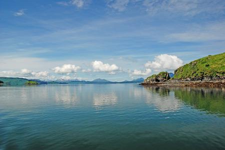 Côte à distance de l'île de Kodiak en Alaska Banque d'images - 26085194