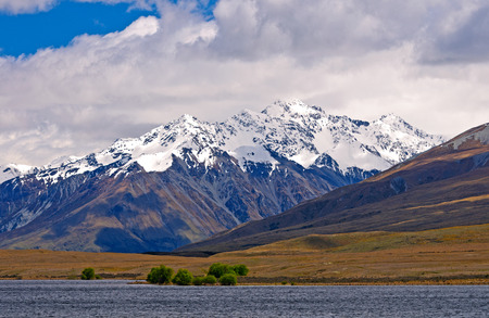 sneeuw bergen: Snowy Mountains by  Clearwater Lake in New Zealand Stockfoto