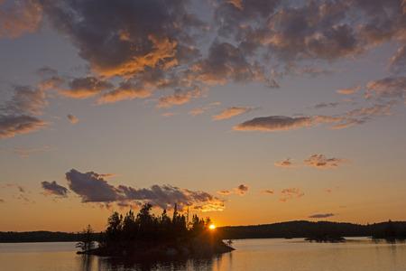 Quetico 州立公園での Saganagons 湖でドラマチックな日没 写真素材