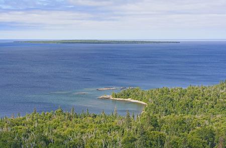 オンタリオ州のスペリオル湖に阿川湾を見渡す