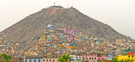 ペルーのリマで丘の上のバリオス