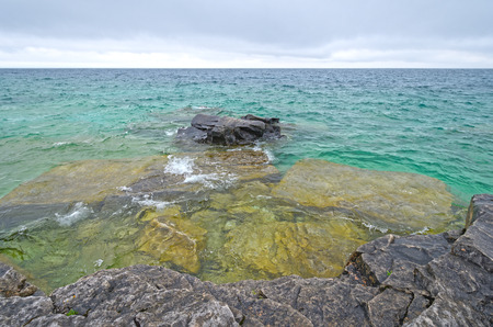 ヒューロン湖の戦闘カナダ ・ オンタリオ州ブルース半島国立公園内ジョージアンベイの開いた水に外を見てください。 写真素材 - 90025736