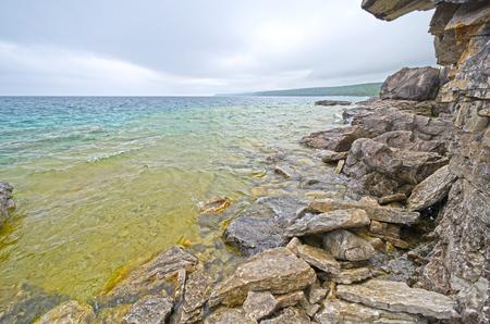 ヒューロン湖の戦闘カナダ ・ オンタリオ州ブルース半島国立公園の崖に沿って水を着色