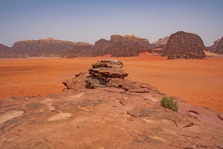 Arenas rojas en el remoto desierto de Wadi Rum en Jordania Foto de archivo