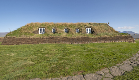 Large Sod House with Windows in the sod walls in Glaumbaer, Iceland 版權商用圖片