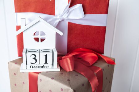 Christmas mood, gift boxes tied with ribbons, wooden calendar delivered on December 31, symbol of the new year Stock Photo