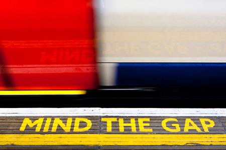 Mind The Gap sign on the floor Foto de archivo