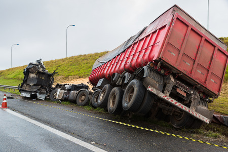 Truck accident laden with corn in bulk Éditoriale