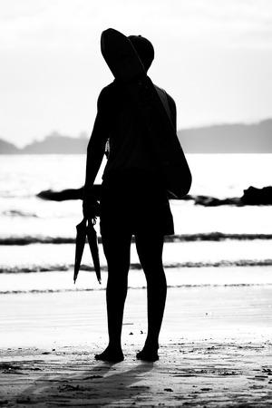 poner atencion: Salvavidas de pie junto a la atenci�n de la paga de mar al agua