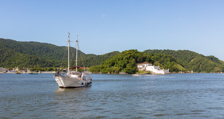 Schooner entering the port of Santos. In the background the Santo Amaro Fortress built in 1584 Imagens
