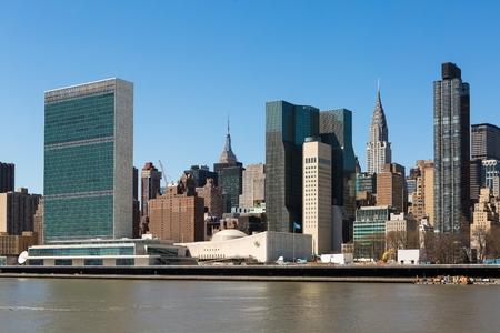 the united nations: Horizonte de Manhattan destacando el edificio de las Naciones Unidas Foto de archivo