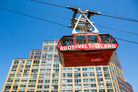 roosevelt: Roosevelt Island, New York, april 10, 2016. Roosevelt Island cable car leading people to the island in the East River.