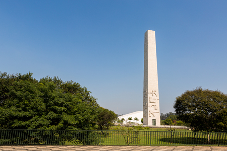 obelisco: The Obelisk to the Heroes Mausoleum of 32, also known as Obelisco do Ibirapuera or Obelisk of Sao Paulo, is a Brazilian funerary monument located in Ibirapuera Park, Brazil. Stock Photo
