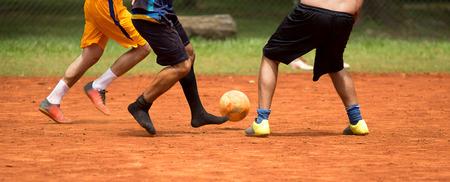 Voetbal Amateur-Braziliaanse mensen voetballen in een park