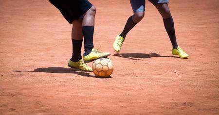 Voetbal Amateur-Braziliaanse mensen voetballen in een park Stockfoto - 75106670