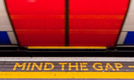 Cuidado con la señal de separación con un tren moviéndose a gran velocidad
