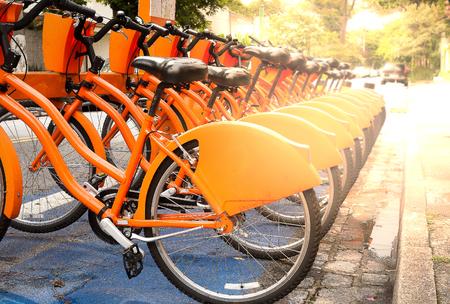 Louer et partager des vélos garés dans la rue à Sao Paulo, Brésil Banque d'images