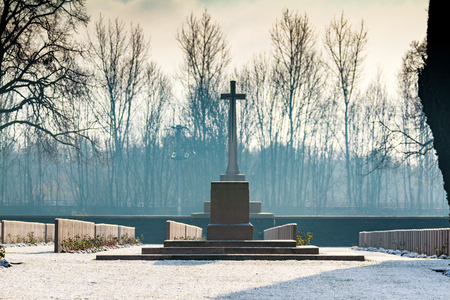 A misty morning at the snow covered Commonwealth War Graves Commissions (CWGC) Browns Copse Cemetery. A Cenotaph behind a Stone of Remembrance. Sajtókép