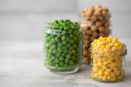 chickpeas, green peas and corn with glass jars Standard-Bild