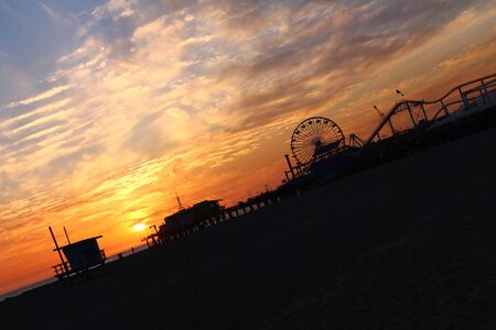 Sunset in Santa Monica behind the famous pier 版權商用圖片