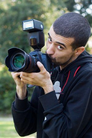 reflex: uomo di baciare la sua macchina fotografica reflex Archivio Fotografico