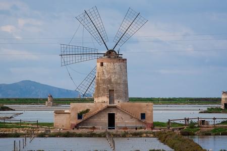 Molino de viento en una salinera cerca de Trapani, en Sicilia.  Foto de archivo - 7285092
