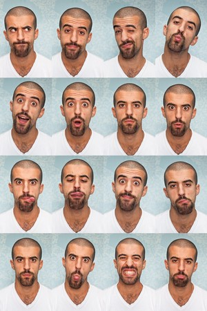 expresiones faciales: Youg Man realizar varias expresiones con su cara  Foto de archivo