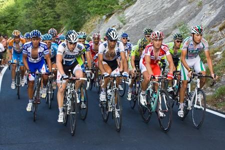"""ciclismo: Monte Petrano, Urbino, Italia - mayo 25, 2009: atletas de ciclismo profesional durante la subida final de la etapa 16 del """"Giro d'Italia"""" de 2009 el 25 de mayo de 2009 en Monte Petrano, Urbino, Italia"""