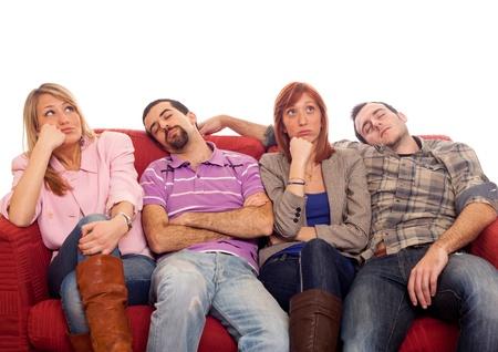 agotado: Ni�as aburridas al hombre dormir en el sof�