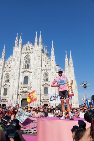 alberto: MILANO, Italia - el 29 de mayo: Alberto Contador con el maillot rosa gana el Giro de Italia de 2011 en Milano, Italia, 29 de mayo de 2011 Editorial