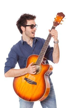 guitarra acustica: Joven divertido tocar guitarra