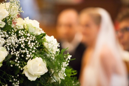 familia en la iglesia: Ver Enfoque de la novia y el novio Foto de archivo