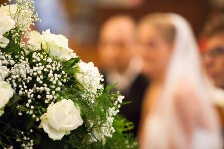 church flower: Vista di messa a fuoco selettiva della sposa e dello sposo