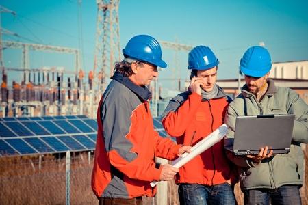 Ingenieure bei der Arbeit in einem Solarkraftwerk