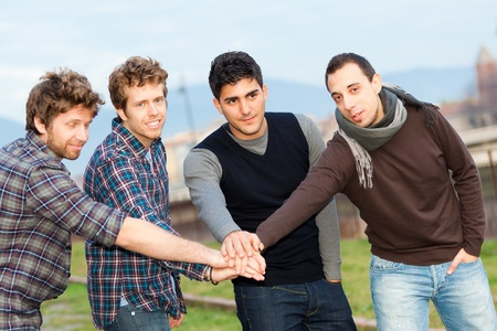 grupo de hombres: Grupo de ni�os fuera Foto de archivo