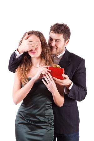 Handsome Man Donner un cadeau pour la Saint Valentin