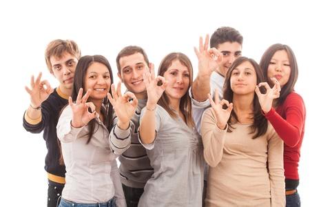 multiracial group: Feliz grupo multirracial que muestra signo de OK