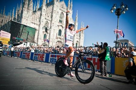 alberto: MILANO, Italia - 29 de mayo: El ciclista Alberto Contador durante la etapa 21 del Giro de Italia 2011, una etapa de contrarreloj individual, el 29 de mayo de 2011 en Milano, Italia