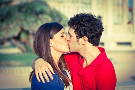pareja besandose: Joven pareja besándose