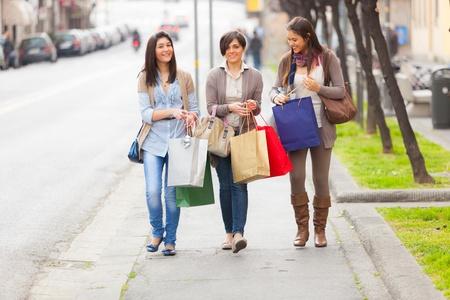 chicas de compras: Tres mujeres j�venes y bellas haciendo compras Foto de archivo