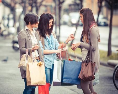chicas comprando: Tres hermosas mujeres j�venes con bolsas de compras